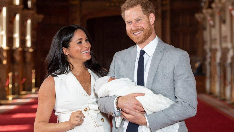 2019年5月6日,梅根和哈里的頭生子,阿奇·哈里森·蒙巴頓-溫莎出生,成為英國王室王位繼承序列上的第七位。初為人父的哈里王子難掩心中喜悅和激動。