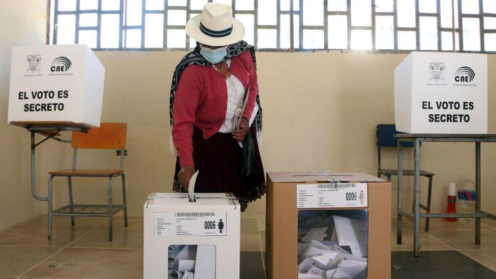 Una mujer votando en las elecciones de Ecuador.