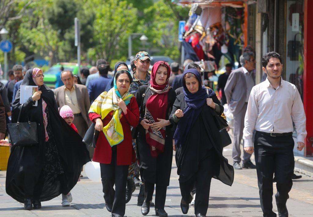 الناس يسيرون في شارع مزدحم بوسط العاصمة الإيرانية طهران ، في 23 أبريل/نيسان 2019.