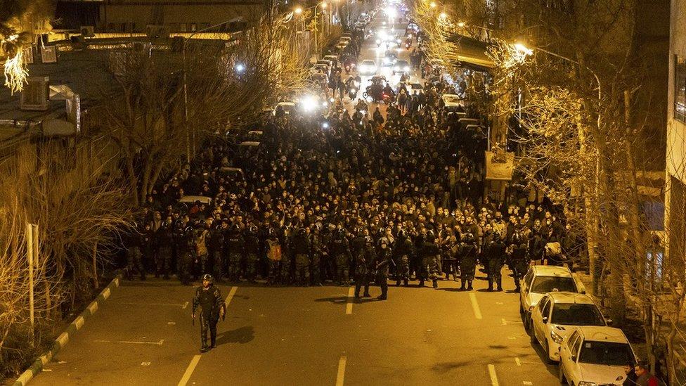 طلاب إيرانيون يتظاهرون في طهران، مطالبين بالاستقالة ومتهمين المسؤولين بالكذب