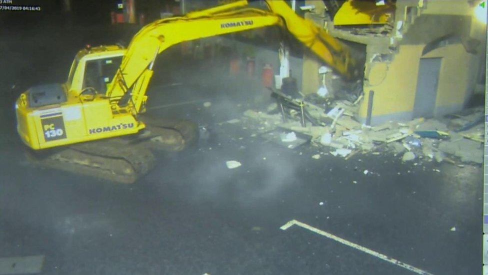 Imágenes de la excavadora arrancando el cajero automático