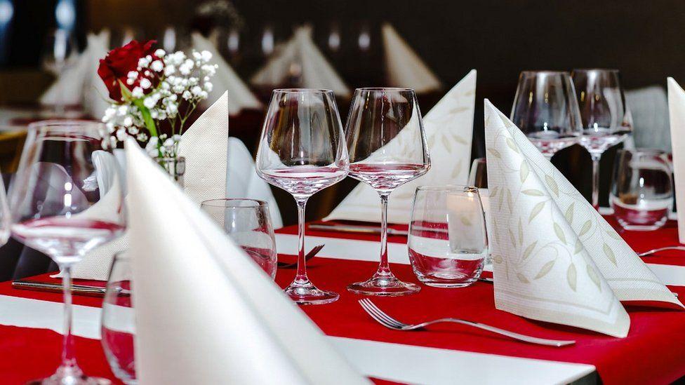 قاعة طعام فاخرة بأحد المطاعم في باريس