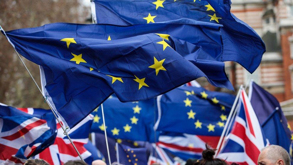 بريطانيون يؤيدون بقاء بلادهم في الاتحاد الأوروبي