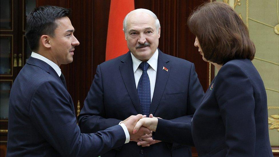 Минчанка получила штраф за красно-белые косички; тренер Лукашенко по хоккею станет сенатором. Главное в Беларуси за неделю