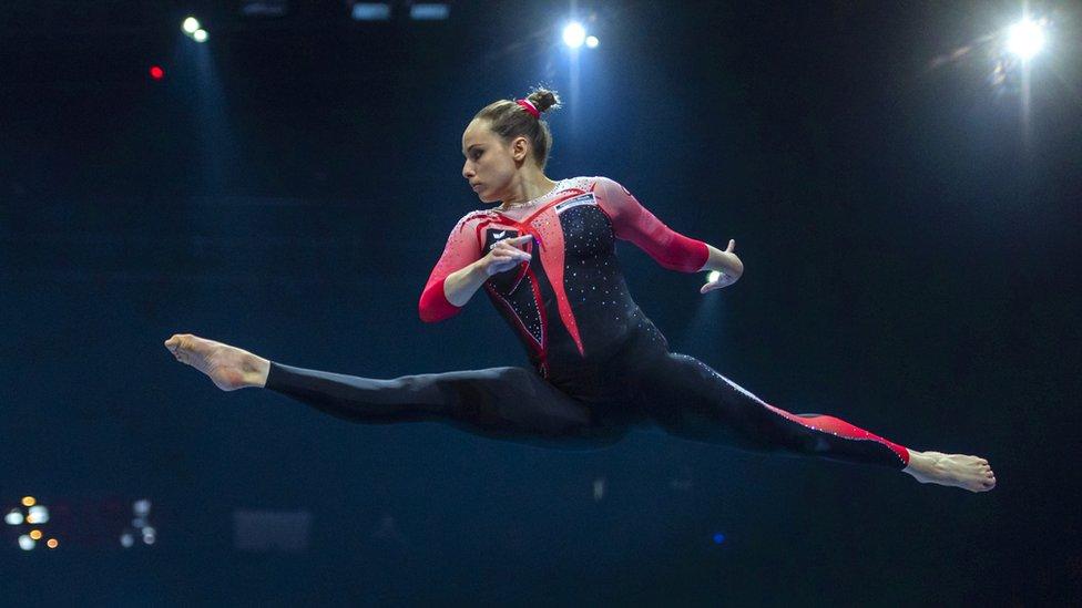 Sarah Voss, de Alemania, se presenta en la barra de equilibrio durante las eliminatorias femeninas para el Campeonato Europeo de Gimnasia Artística 2021 en Basilea, Suiza, en abril.