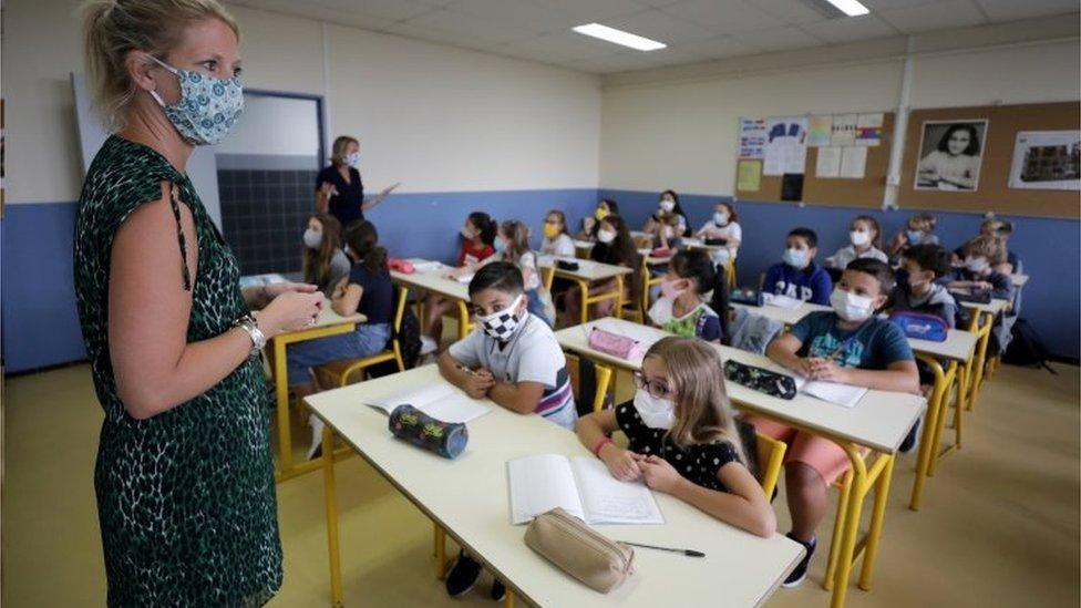 Aulas em escola francesa, em foto de dezembro