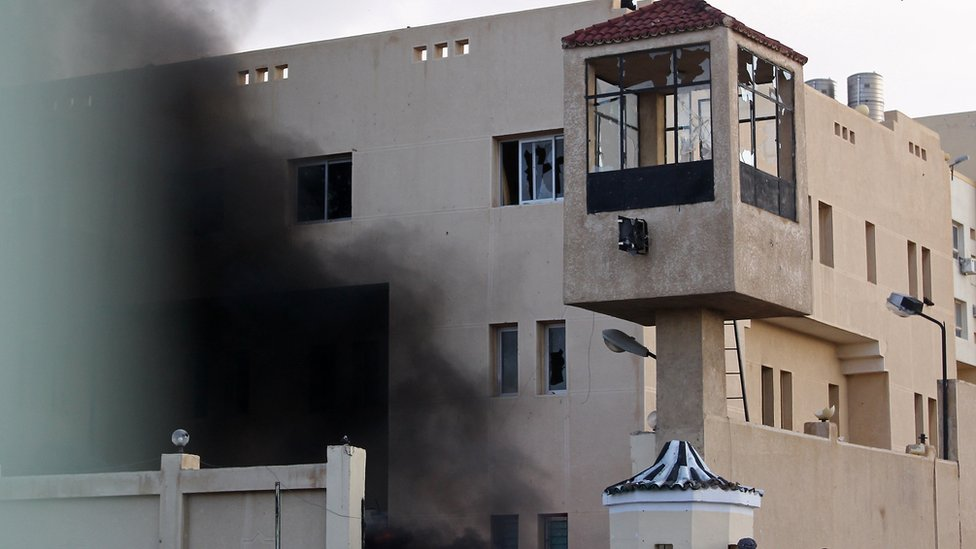 Comisaría ardiendo en El-Arish.