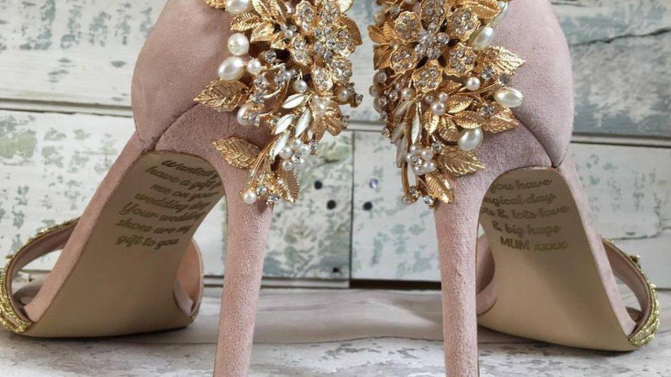 Imagen de los zapatos de la firma Lace and Love, que fueron hechos a medida con un mensaje personal de la madre de la novia