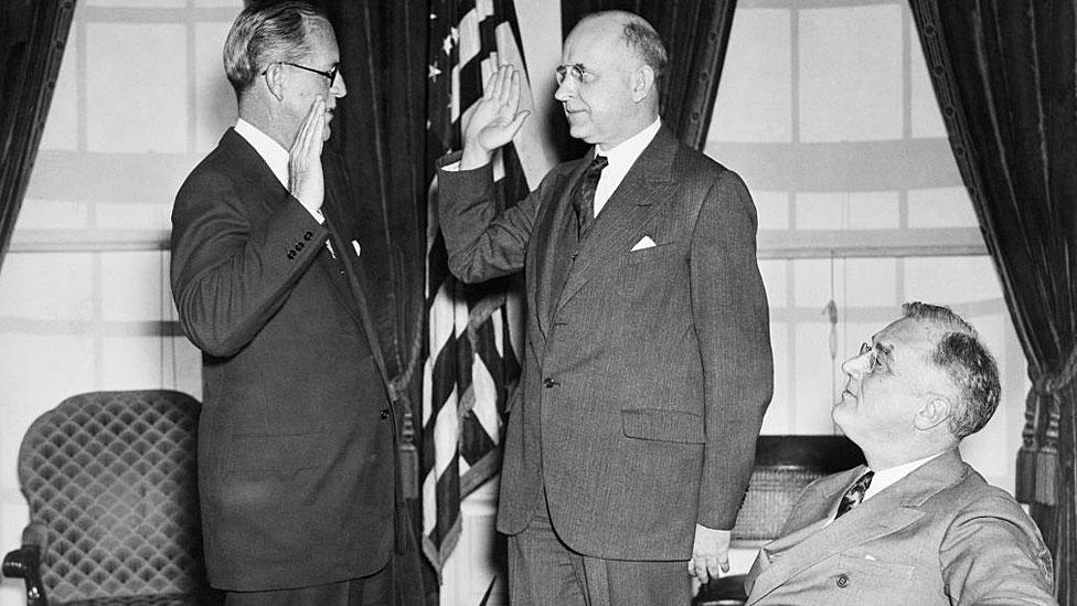 Joseph Kennedy prestando juramento en 1937 frente al presidente Roosevelt.