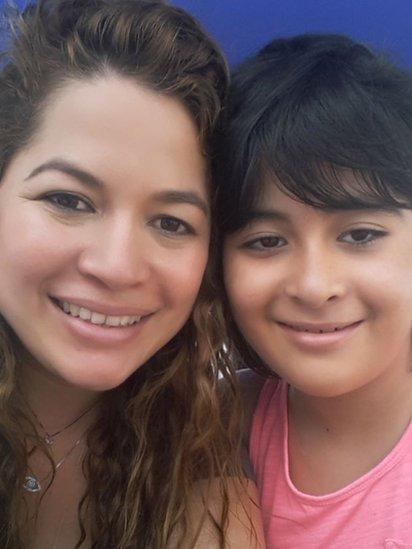 Gabriela García con su mamá, Katherine Gutiérrez.