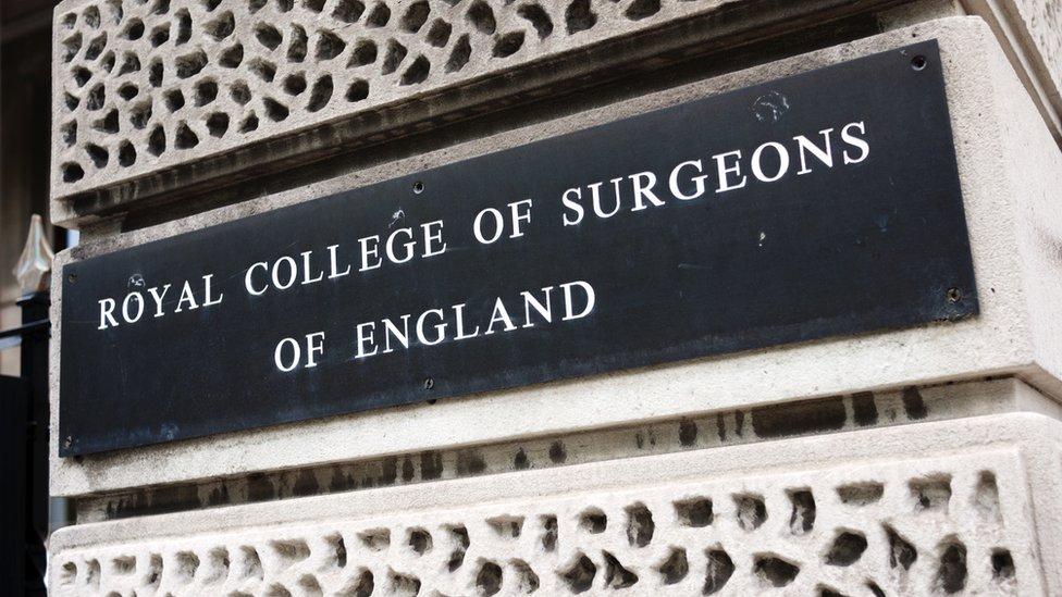 Placa del Real Colegio de Cirujanos.