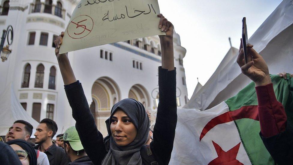 NO USAR / BBC Una joven argelina manifiesta en la capital Argel, 5 de marzo de 2019