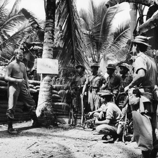 Seorang mayor Inggris memberi arahan kepada para pajuritnya untuk menghadapi pasukan Indonesia yang menyusup ke Tawau, Sabah, Kalimantan Utara, Maret 1965.