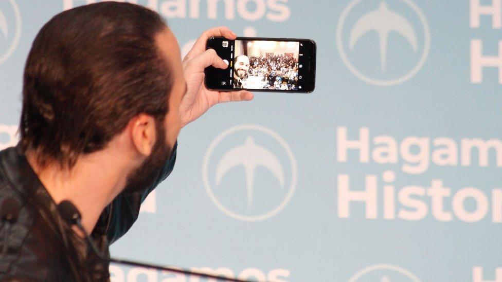 Bukele haciéndose un selfie en campaña