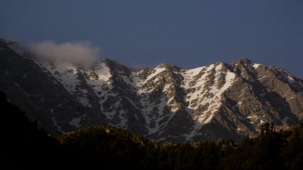З монастиря Далай-лами можна споглядати засніжені вершини хребта Дхауладхар у Гімалаях