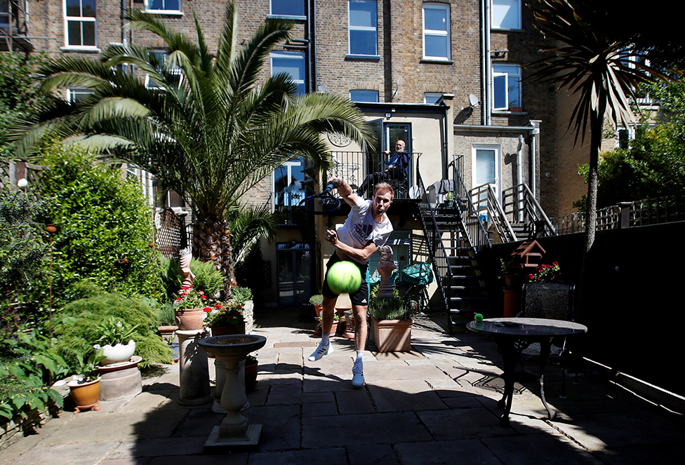 لاعب تنس يتمرن في حديقة