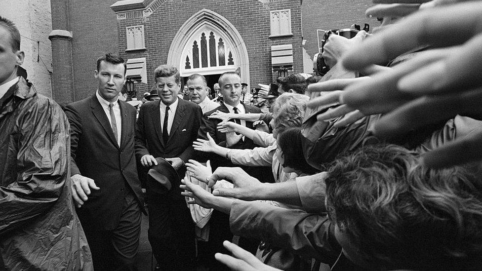 這是約翰·肯尼迪總統1962年到教堂參加禮拜。他是美國歷史上第一位信仰天主教的總統。