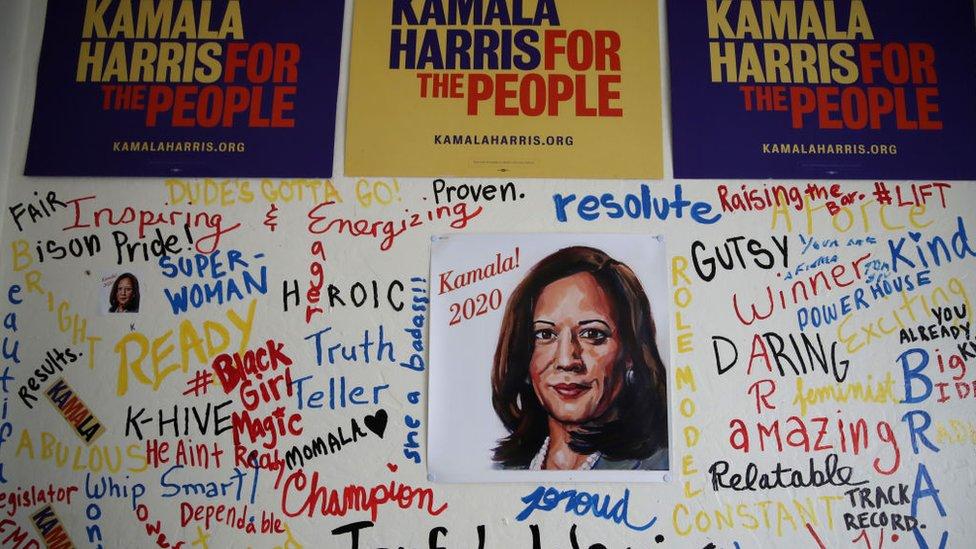 Kamala Harris y signos de campaña.