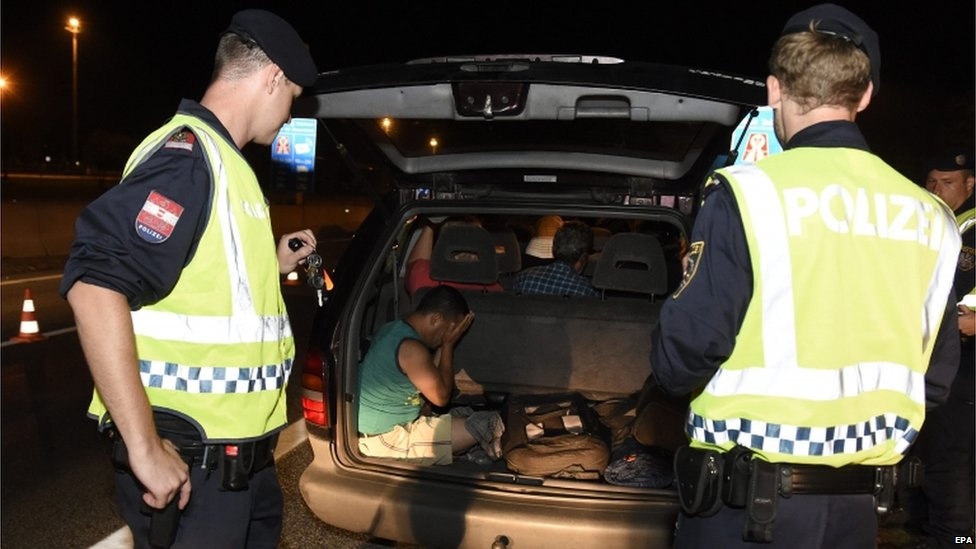 Police find migrants in car on Austrian border (30 August)