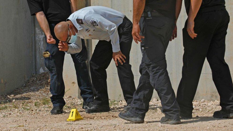 رئيس مصلحة السجون الإسرائيلية أريك يعقوب يحقق خارج سجن جلبوع في شمالي إسرائيل