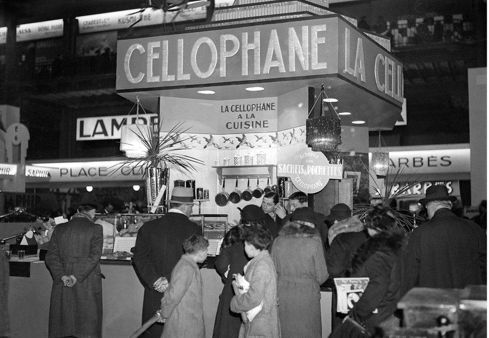 NO USAR. BBC. Una exhibición de celofán en un espectáculo de economía doméstica en Francia en la década de 1920