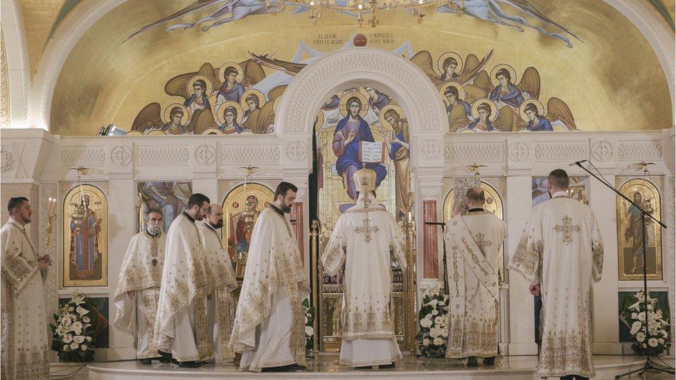 U nedelju ujutru liturgiju je služio episkop remezijanski Stefan, pomoćnik patrijarha i starešina ovog hrama.