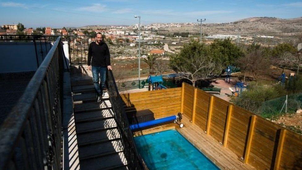 Sekitar 200 properti Airbnb, seperti yang ada di pemukiman Ofra, Israel ini akan terpengaruh.