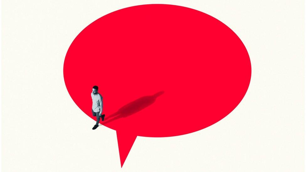 Homem saindo de um balão de fala vermelho vibrante