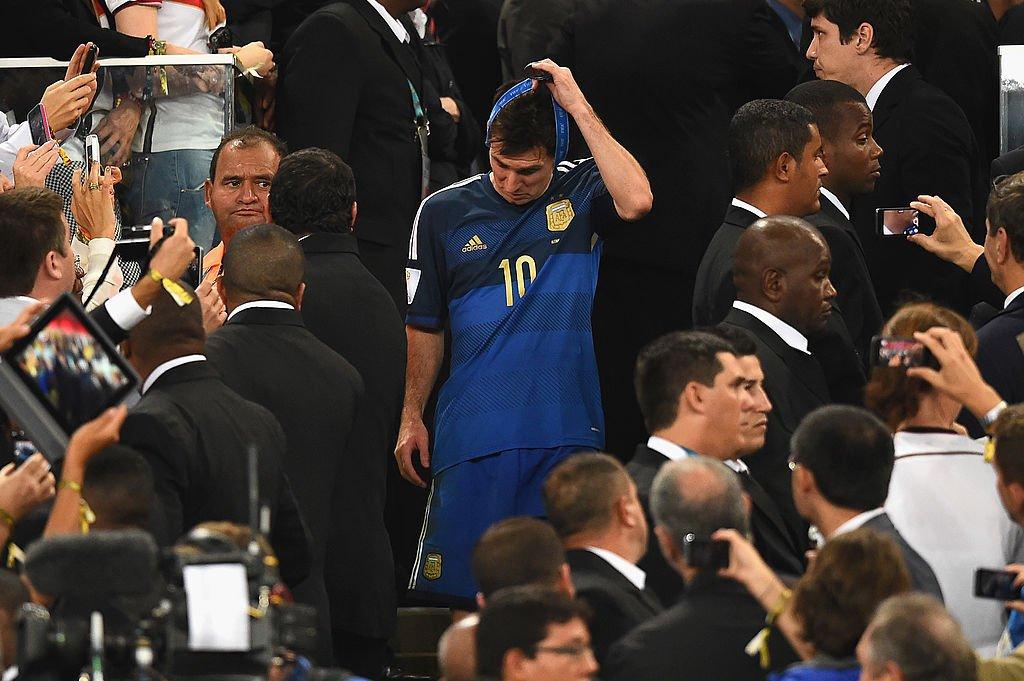 Messi se saca la medalla que recibió tras perder la final del Mundial de Brasil 2014.