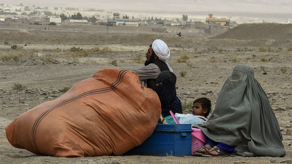الناس الذين أجبروا على مغادرة منازلهم ينتظرون فتح معبر حدودي