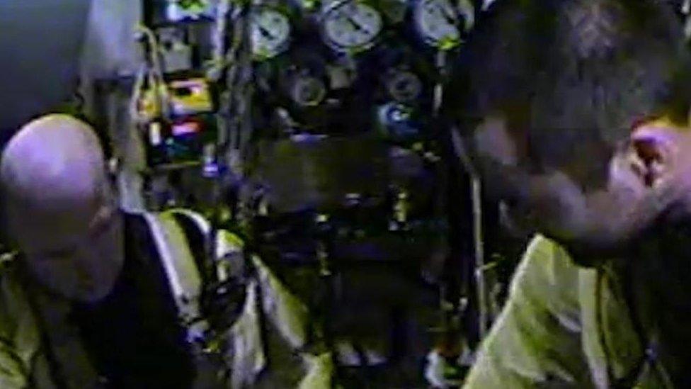 Chris Lemons e colega após seu resgate