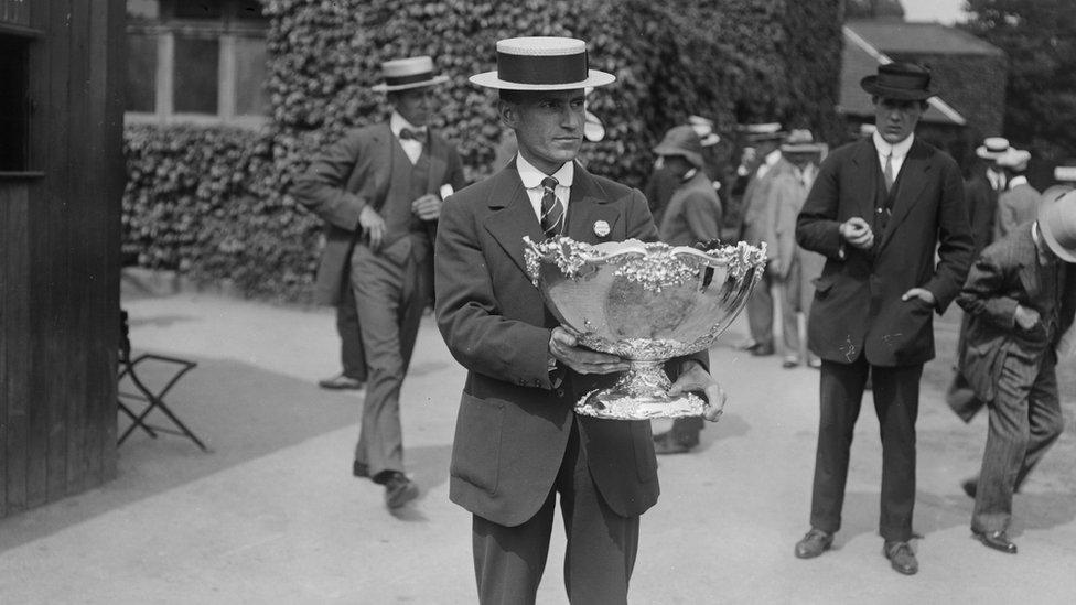 El famoso trofeo de la Copa Davis, conocido como la Ensaladera de Plata, en una foto de 1913.