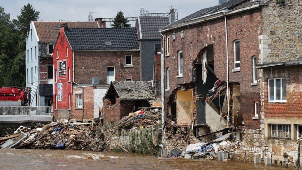 آثار الدمار الذي خلفته الأمطار