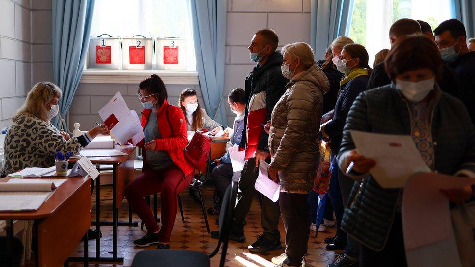 В первый же день выборов в России выстроились длинные очереди. Зачем торопиться?