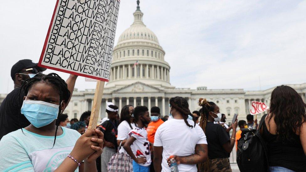 """Una manifestante con un cartel que dice """"Black Lives Matter"""" cerca del Capitolio de EE.UU., en Washington D.C."""
