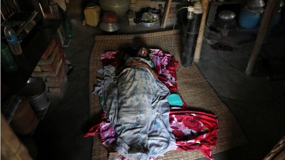Enfermo de covid yace en el suelo en India.