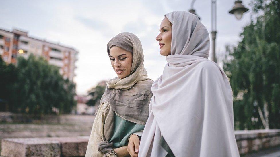 Dve prijateljice na ulici