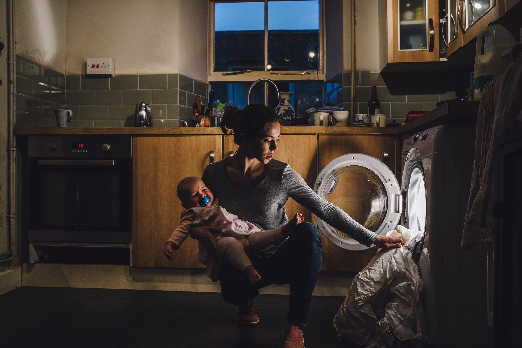 أم أثناء قيامها بالواجبات المنزلية مع طفلها