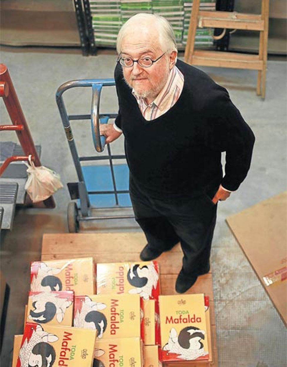 Daniel Divinsky junto a libros de Mafalda