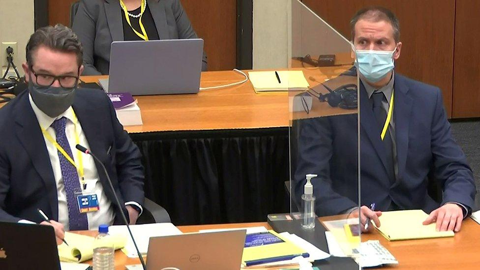 Derek Chauvin (der.), al lado de su abogado Eric Nelson, sigue atento el proceso