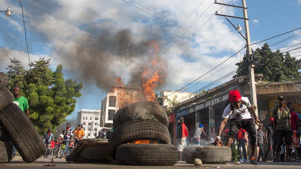 Los manifestantes incendiaron neumáticos para cerrar varias de las vías principales de las ciudades haitianas.