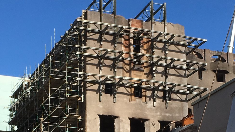 Workers stabilise the west gable of Mackintosh building