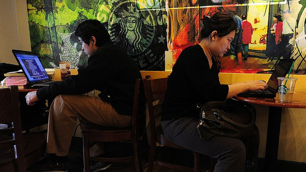 Usuarios en un café internet en China