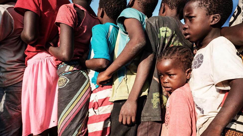 Niños esperando en fila para recibir ayuda de alimentos en Mozambique tras el ciclón Idai