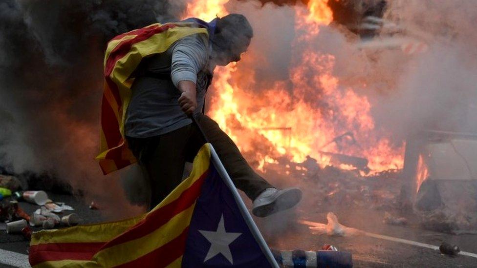 Протесты, беспорядки и забастовка парализовали Барселону