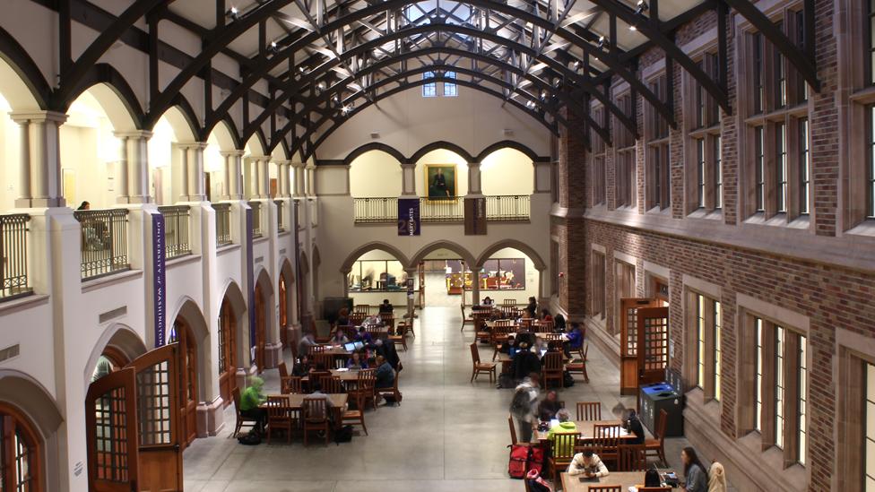 Vista del salón Mary Gates Hall de la Universidad de Washington donde en el fondo se ve el cuadro de la madre de Bill Gates.