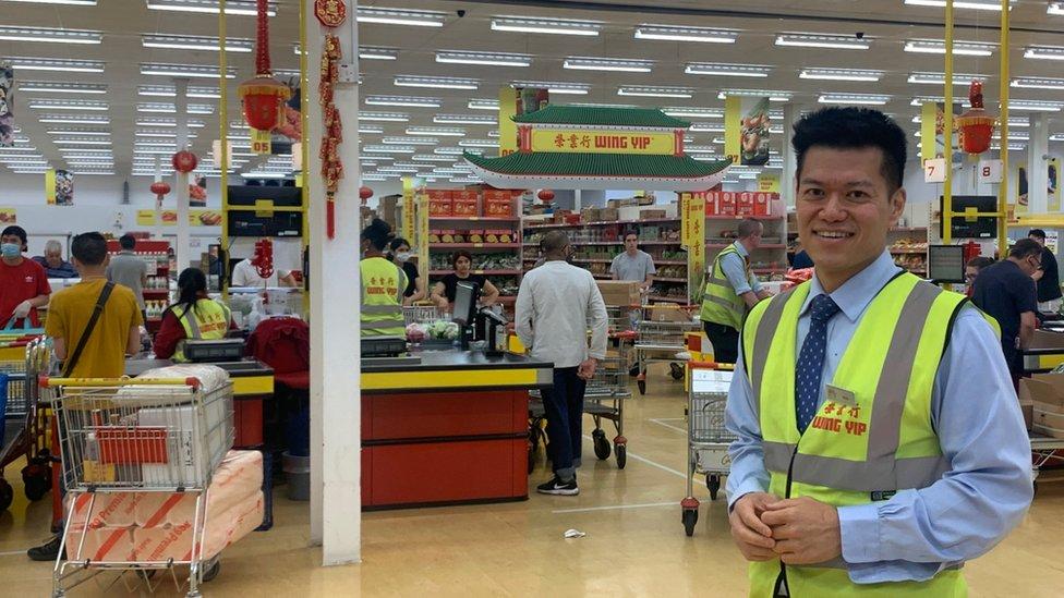 布萊恩在超市內
