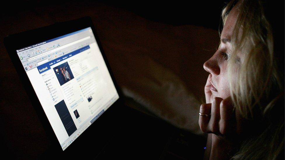 Persona lee Facebook