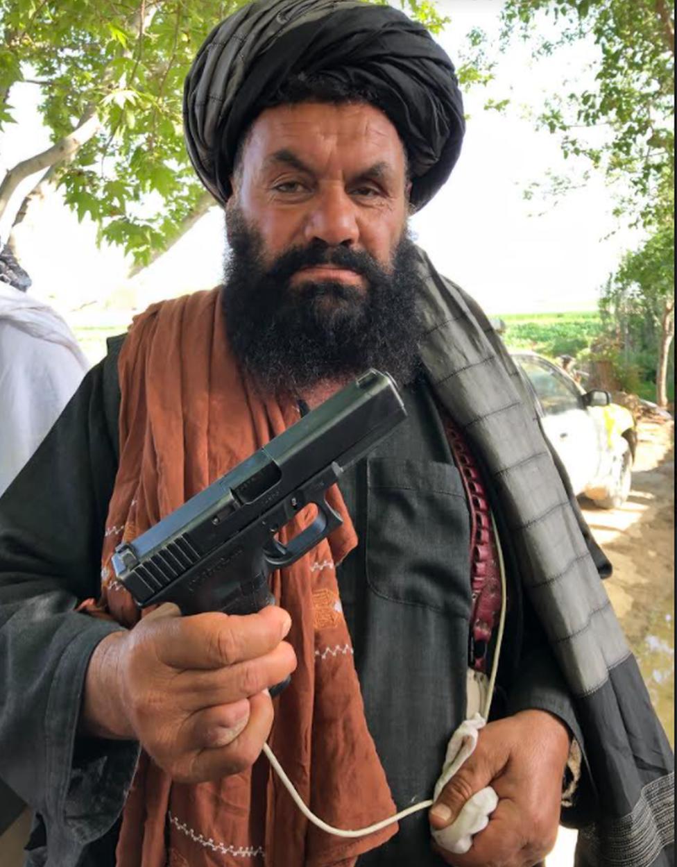 Combatente do Taleban posando com arma da Otan