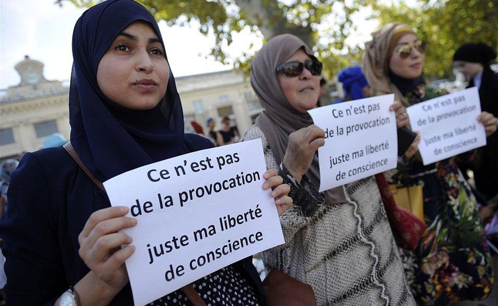 Protes terkait undang-undang menyangkut jilbab. di Avignon, 3 Sep 16